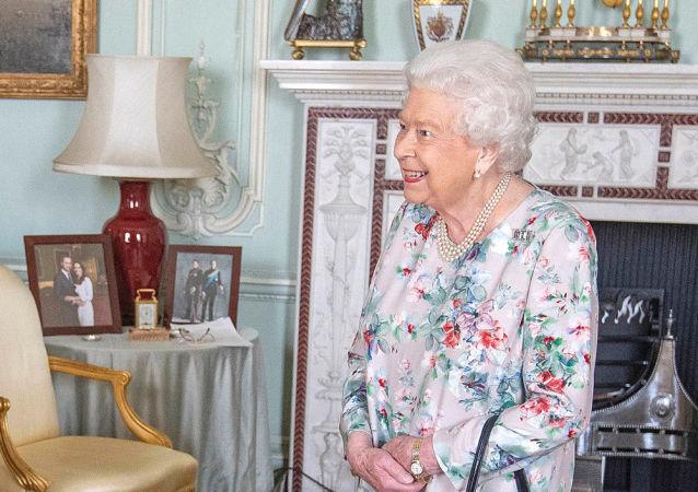 伊丽莎白二世移除桌子上哈里夫妇的照片