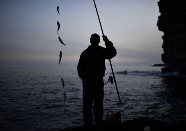渔夫创下纪录捕到人一般大狗鱼