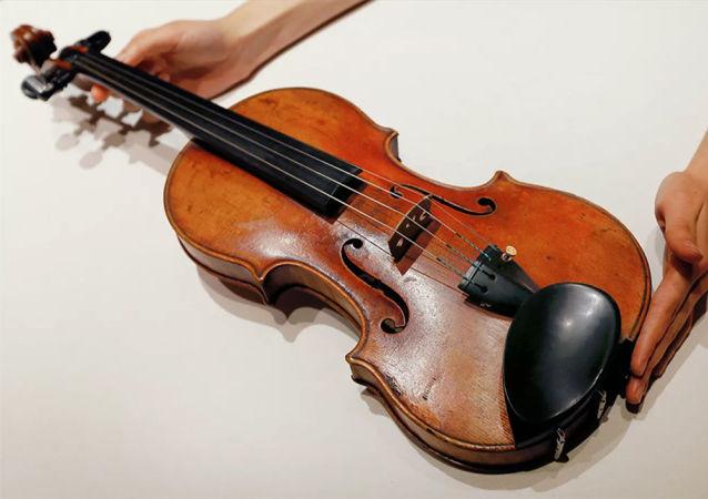 媒体:一把价值25万英镑被遗忘在轻轨车厢里的小提琴最终物归原主