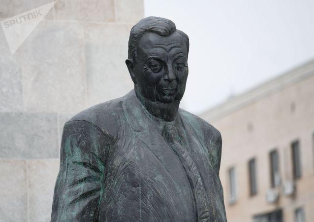 普京在莫斯科为普里马科夫像揭幕