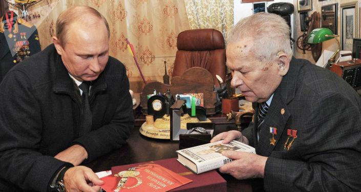 普京总统和卡拉什尼科夫在伊热夫斯克市见面