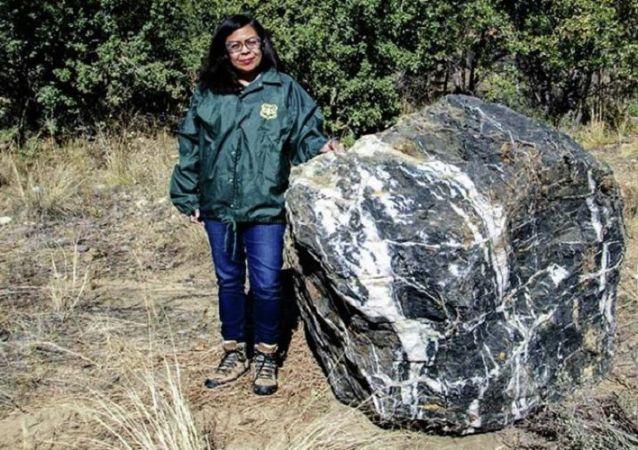 美国亚利桑那州黑色巨石失踪数天后神秘重现
