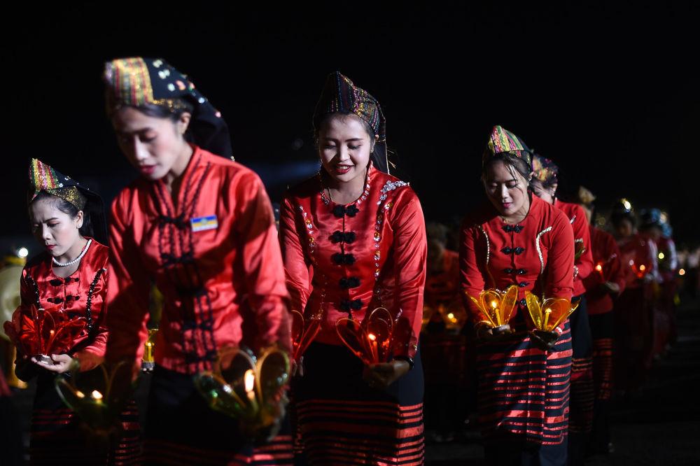 """在缅甸""""光明节""""上进行传统舞蹈表演时的女孩"""