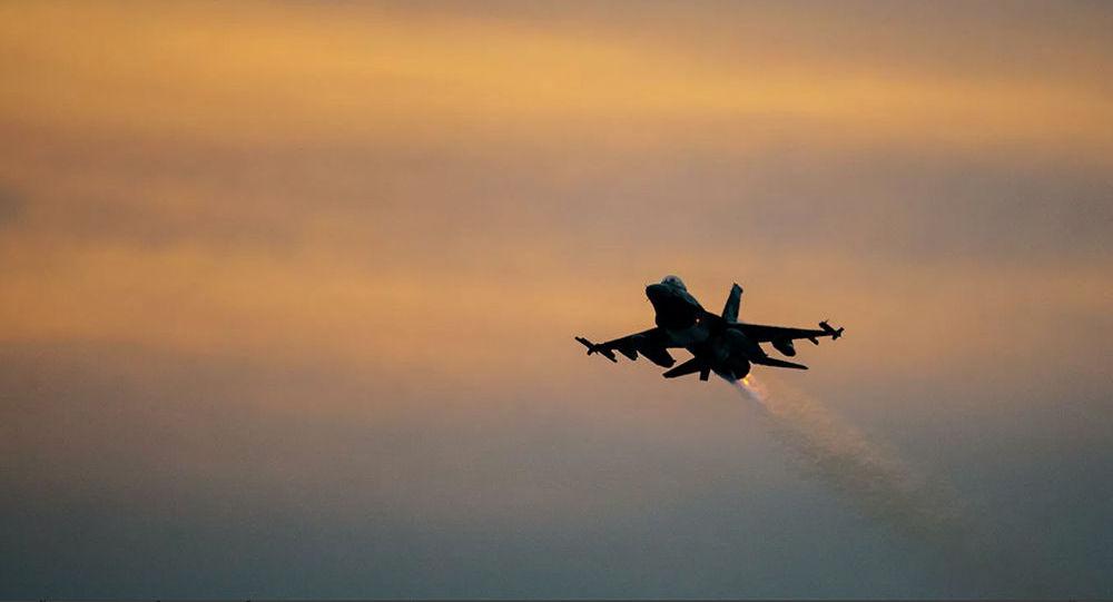 美国空军一架战机在空军基地着陆时坠毁