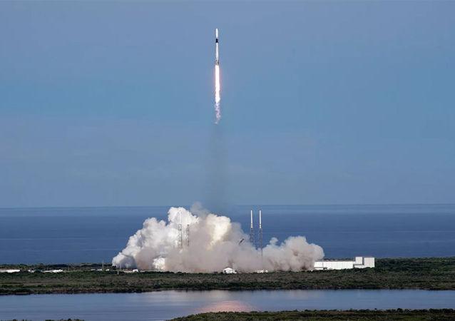 猎鹰9号火箭搭载星链互联网卫星群在佛罗里达发射