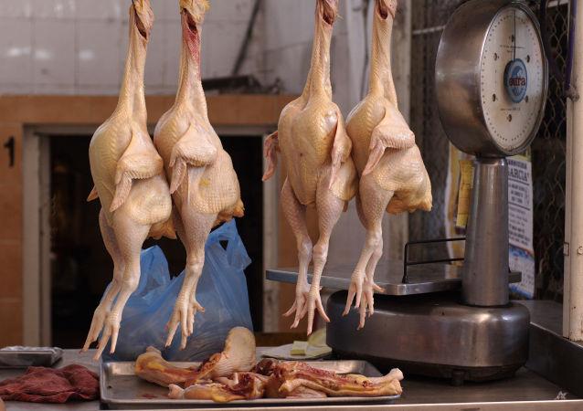 """一位乌克兰女士在店内购得一只""""荧光""""鸡"""