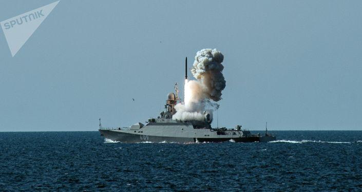 """黑海舰队在演习中演练用""""口径""""导弹摧毁敌舰"""