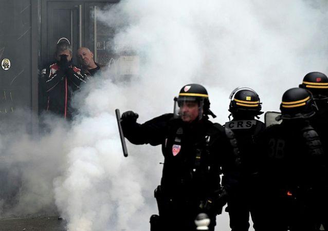 黄马甲运动一周年巴黎市意大利广场变成战场