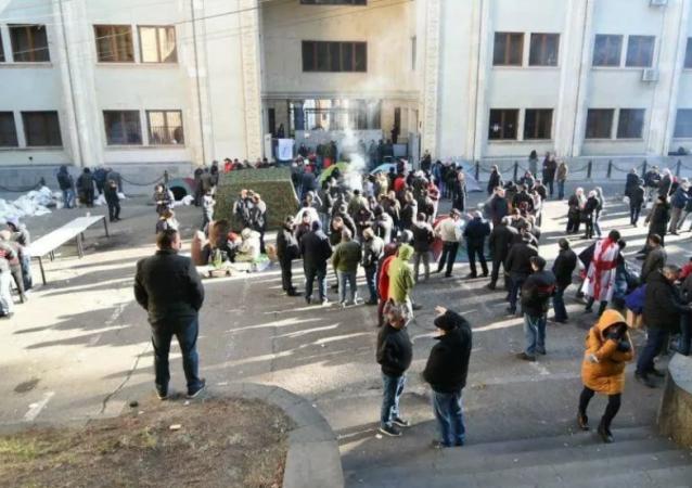 第比利斯警方开始拆除议会大楼旁反对派抗议者的帐篷