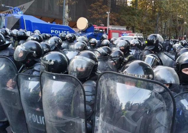 第比利斯特种部队将反对派赶出了议会大楼