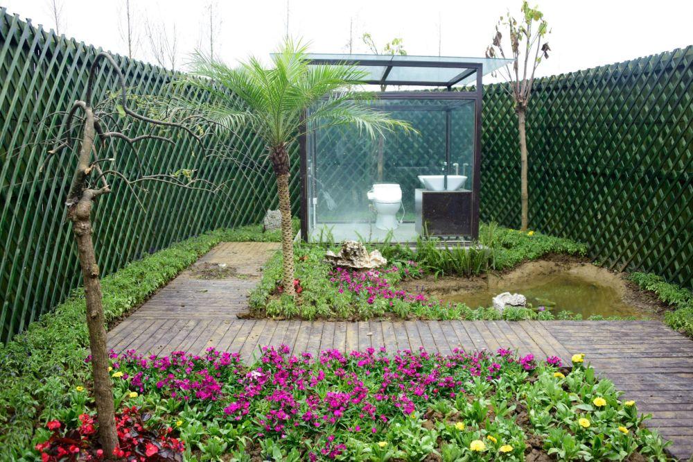 中国西南部安龙县公园内的环保透明厕所