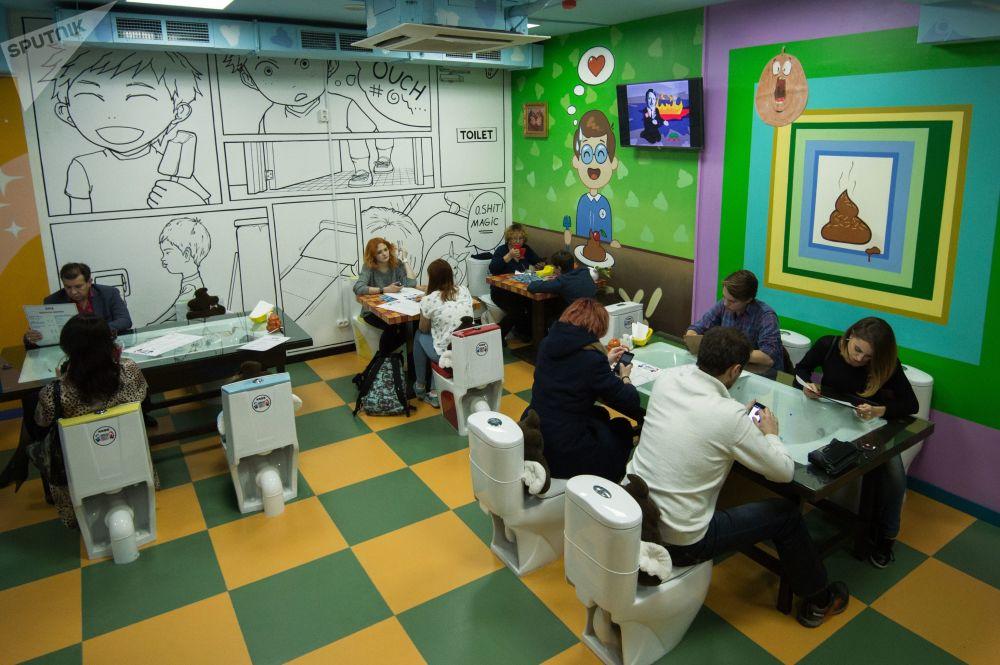 """莫斯科""""疯狂厕所""""主题咖啡馆中的客人"""