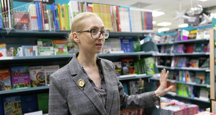 莫斯科书城书籍部副部长欧丽佳·沃尔科娃在中文教科书书架旁