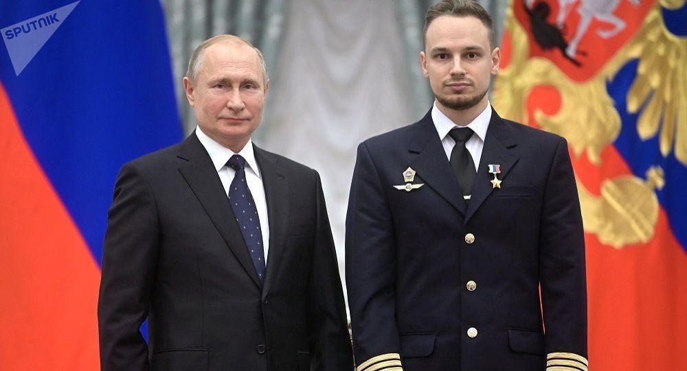 普京向驾驶飞机在田野实施硬着陆的飞行员授予俄英雄奖章