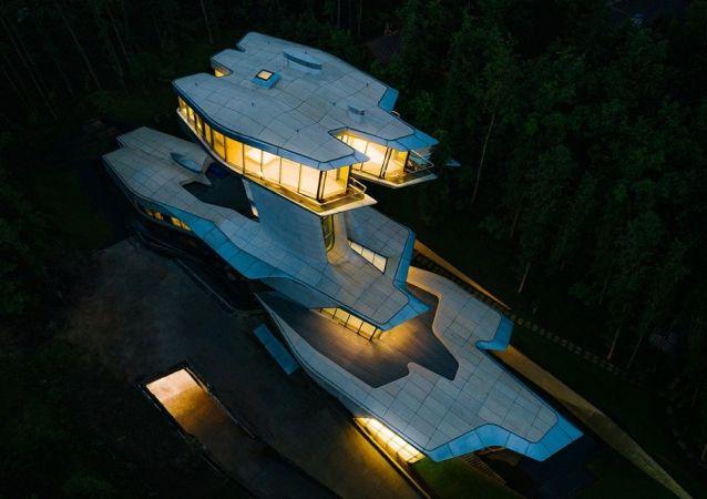 莫斯科郊外为美国名模坎贝尔建造的巨额豪宅挂牌出售