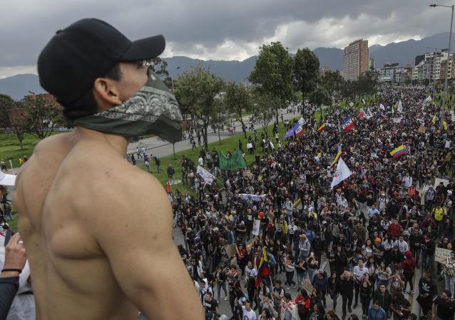 哥伦比亚警方向抗议人群发射催泪瓦斯