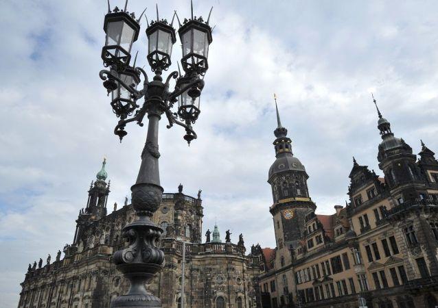 德累斯顿王宫(右边)