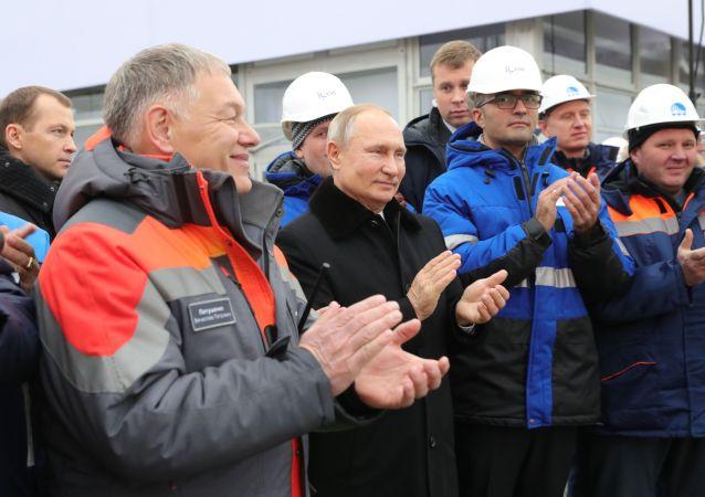 普京出席莫斯科-圣彼得堡收费高速公路开通仪式