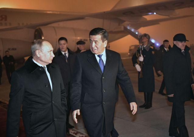 吉尔吉斯斯坦总统热恩别科夫亲自到机场迎接普京