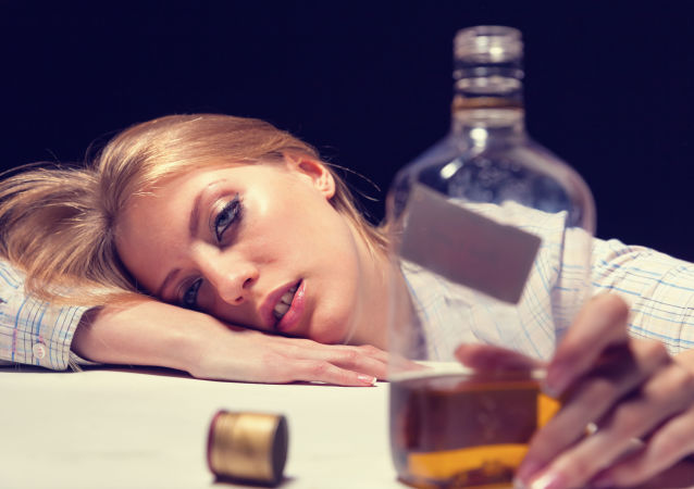 俄专家解释隔离期间为何不要饮酒