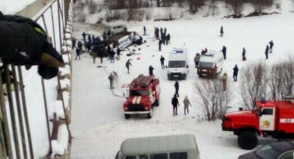 外贝加尔边疆区客车坠桥事故发生后26人获救