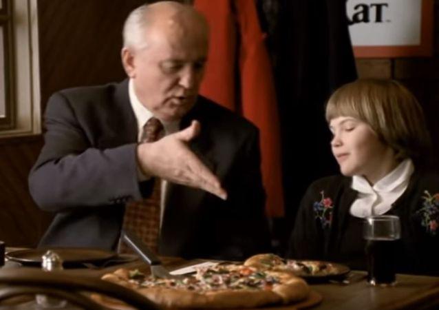 美国媒体讲述戈尔巴乔夫如何参与拍摄披萨广告