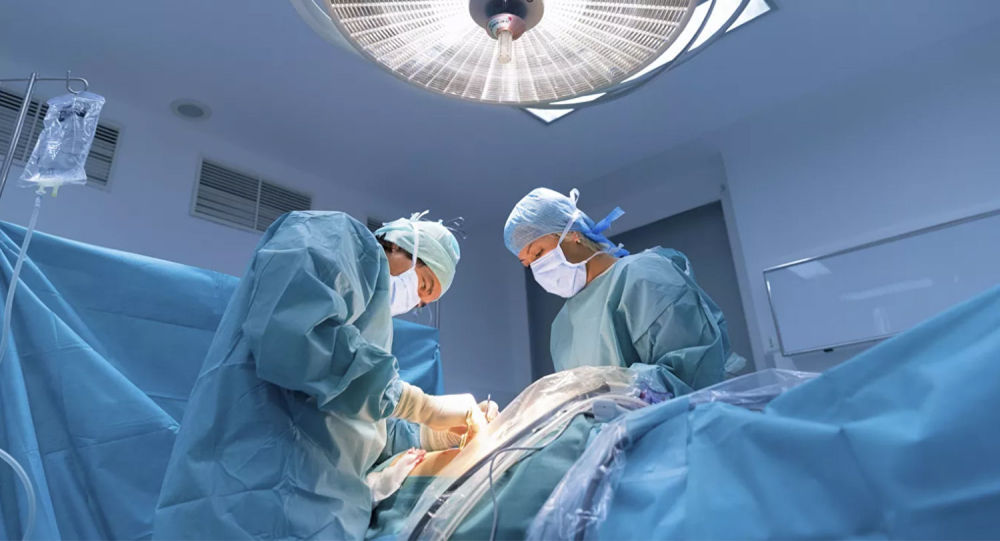 俄医生为一名女性患者切除肿瘤 内有胚胎牙齿和毛发