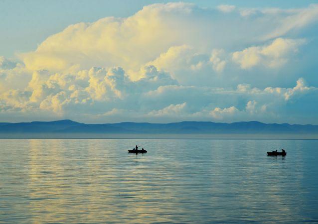 船只遇风暴倾斜 燃料流入贝加尔湖
