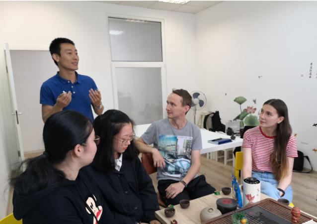 圣唐王校长给学生讲中国文化