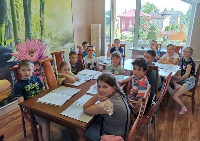 俄罗斯孩子们正在上汉语课