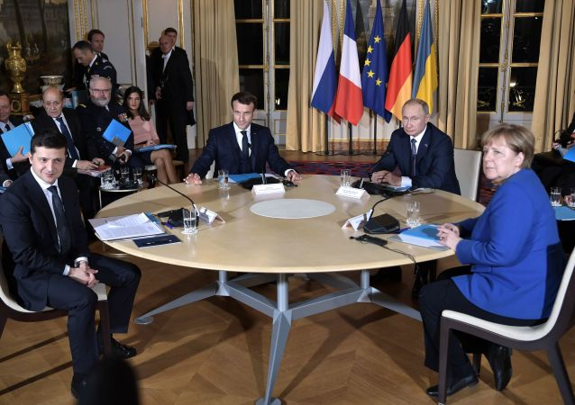 俄罗斯总统普京(右二)和乌克兰总统泽连斯基(左一)