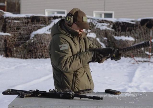 俄卡拉尼什科夫集团发布AK-12和M4两种枪支对比测试的视频