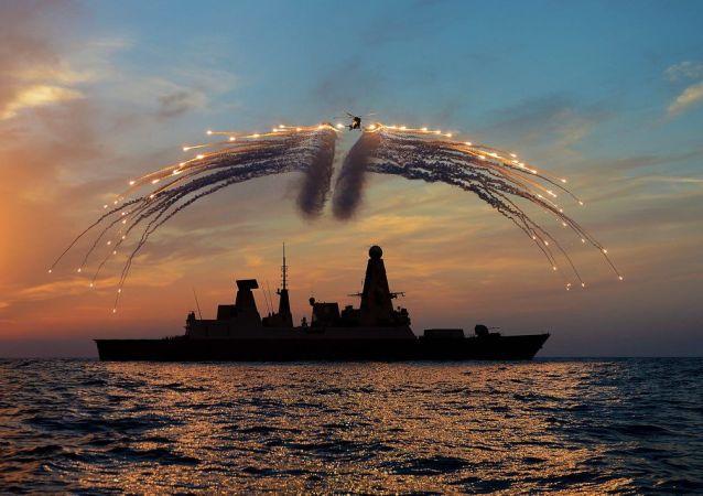 """英国""""飞龙""""号驱逐舰与""""韦斯特兰山猫""""直升机参加演习。"""