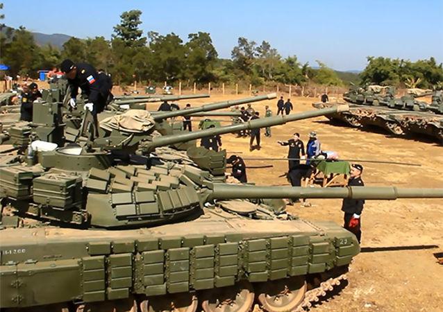 俄东部军区坦克兵向老挝军人展示新型战术
