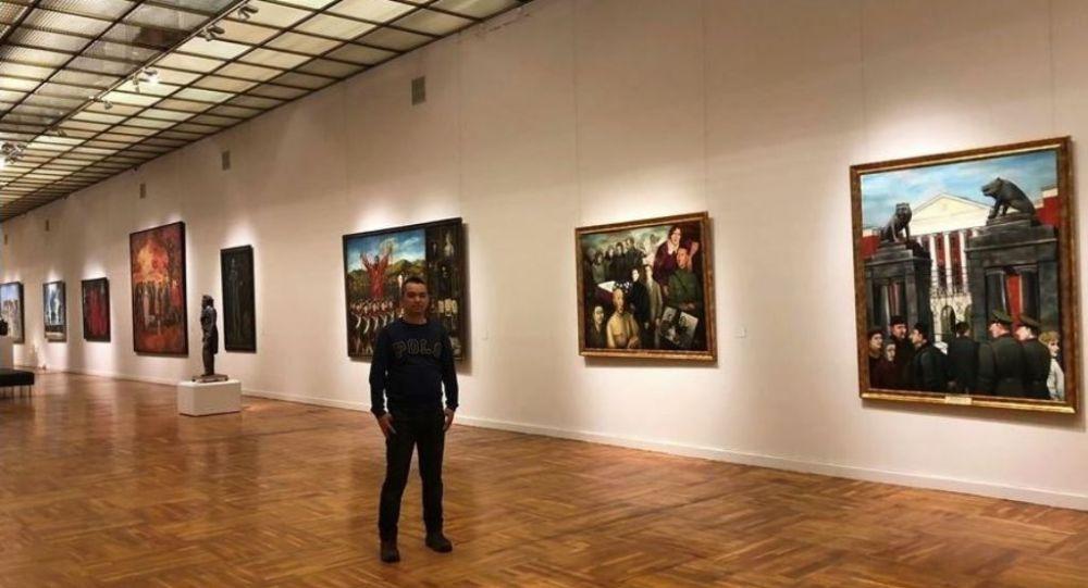 张贯宇在新特列季亚科夫画廊同导师纳达连科的作品合影