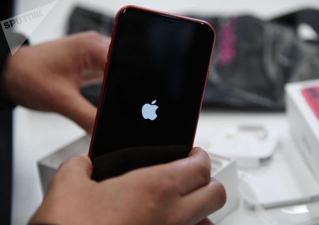 苹果公司在新冠肺炎病毒肆虐的背景下正式允许擦拭iPone手机