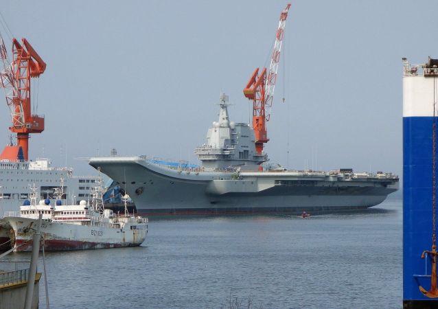 中国首艘国产航母山东舰舰徽舰标纪念品和舰帽发布