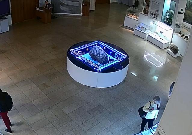 车里雅宾斯克博物馆陨石展品上方的玻璃自行升起