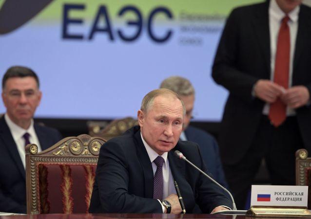 普京:西方始终以俄罗斯为恐吓