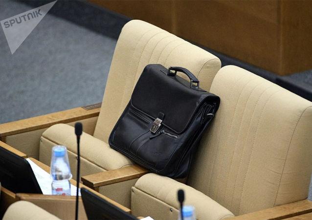 调查:近80%俄罗斯人认为官员应该减薪