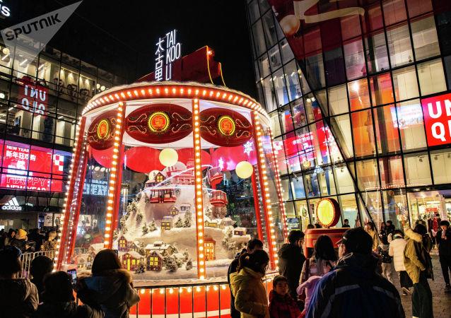 平安夜许多北京市民来到三里屯感受节日氛围