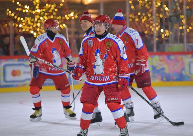 普京在红场参加夜间冰球联盟友谊赛