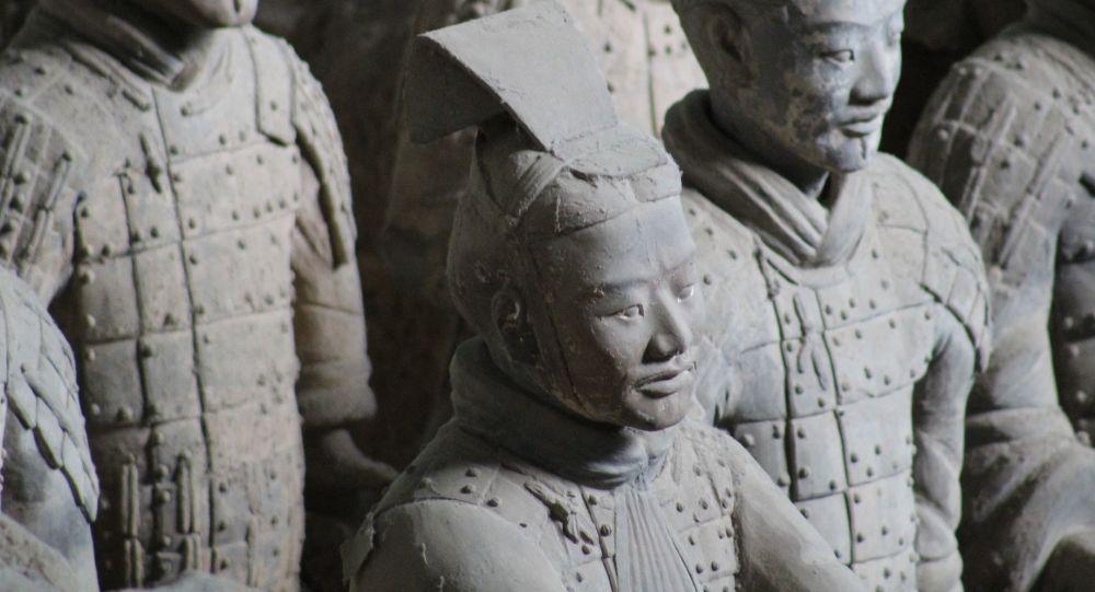 中国考古学家在秦始皇墓中又发掘出200余件陶俑