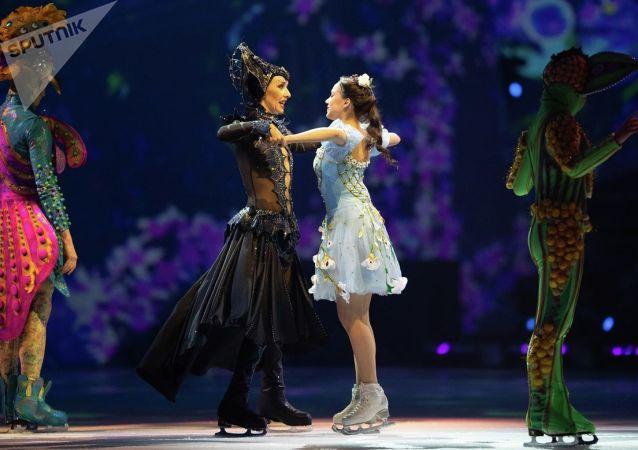 奥运冰舞冠军纳夫卡(左边)