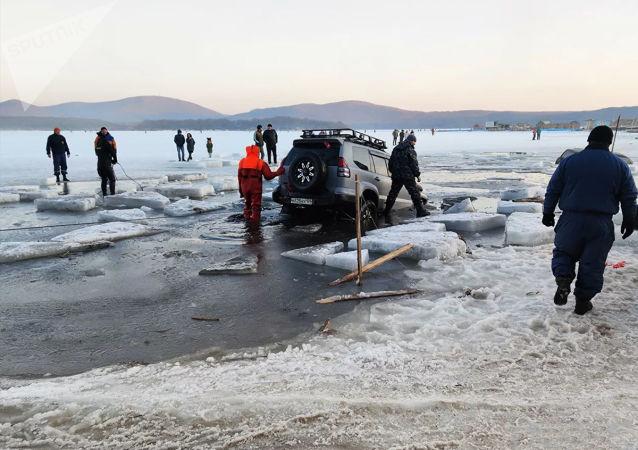 俄救援人员救出几十辆陷在符拉迪沃斯托克海湾冰中的汽车