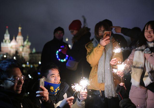 新年夜的红场汇聚了成千上万的莫斯科人和远道而来的外国朋友