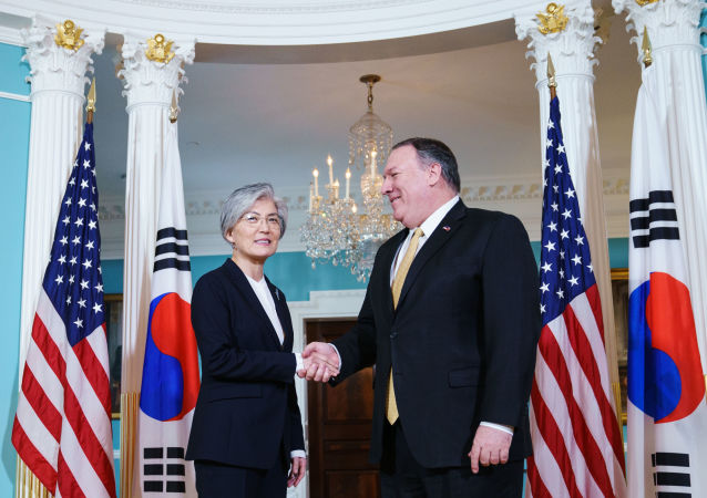 韩国外交部长康京和(左)和美国国务卿蓬佩奥