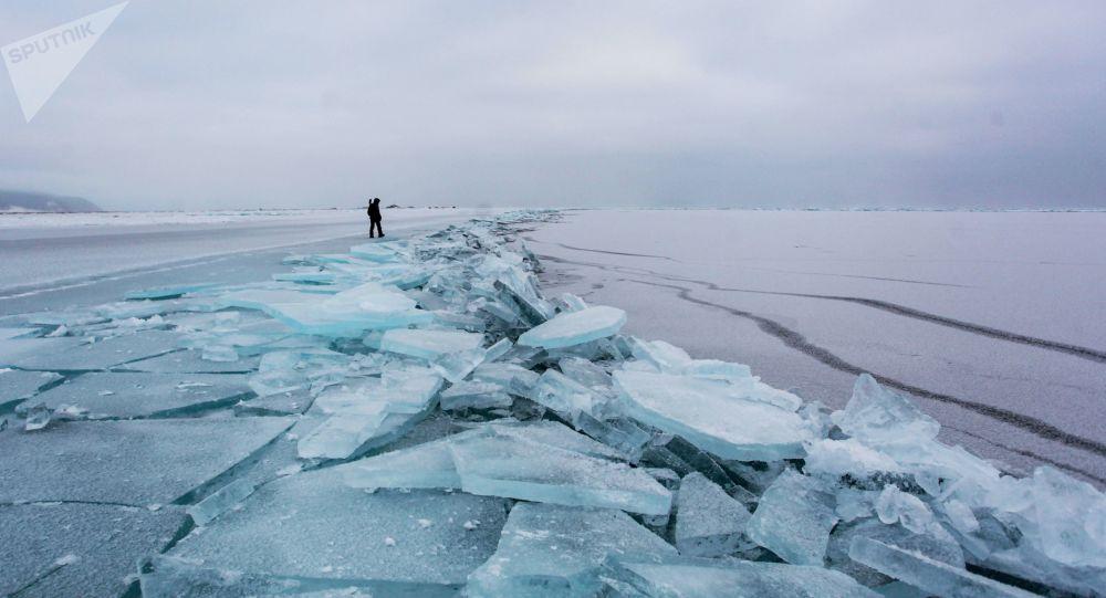 科学家用底下涡旋阐明贝加尔湖冰面神秘黑圈