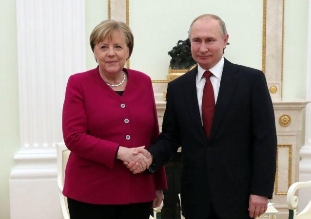普京和默克尔开始在克里姆林宫会面