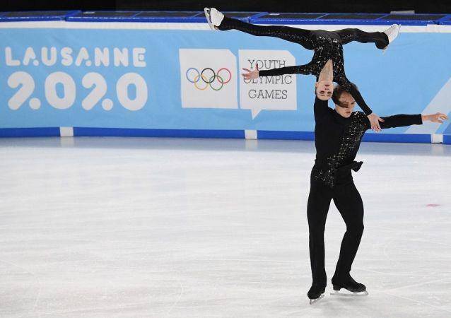 俄罗斯花样滑冰运动员阿波莉娜丽娅·潘菲洛娃和德米特里·雷洛夫